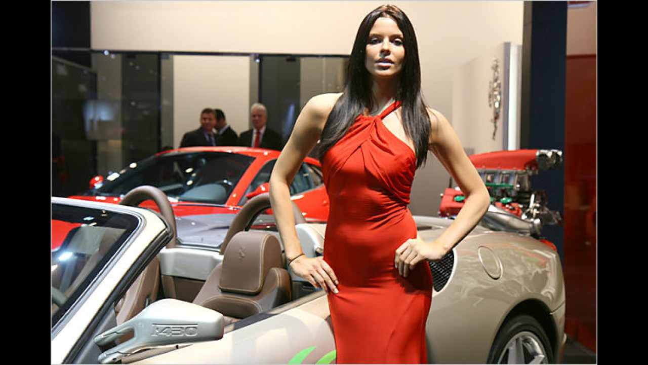 Ferrari und Girl: Müsste nicht eigentlich das Auto rot sein?