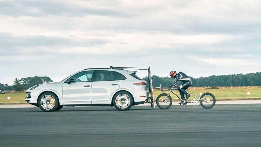 Un cycliste réalise un record derrière le Porsche Cayenne Turbo