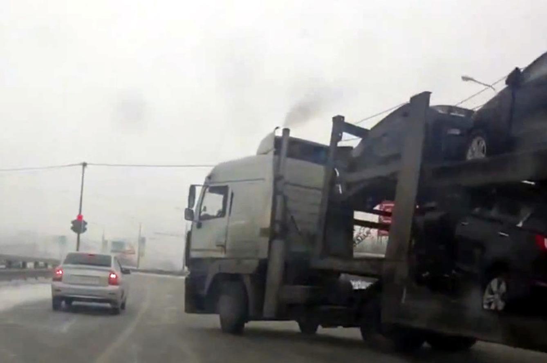 Lángol egy autószállító rakománya az M3-as autópályán (videó)