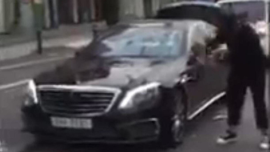 Angry Mercedes S63 AMG owner smashes his car with golf club [video]