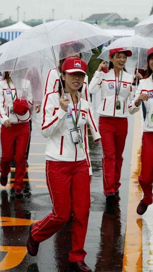 Grid girls in the rain - Formula 1 World Championship, Rd 17, Japanese Grand Prix, 08.10.2004 Suzuka, Japan