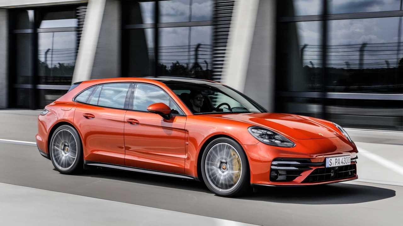 Porsche Panamera Turbo S Sport Turismo (2021) in Orange: Fahraufnahme von schräg vorne