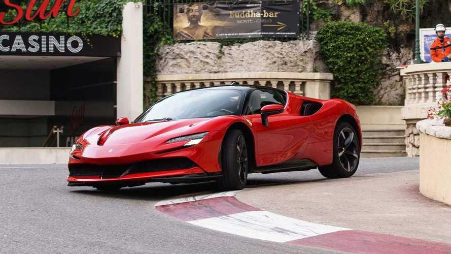 Ferrari SF90, con Charles Leclerc sfreccia per le strade Monaco