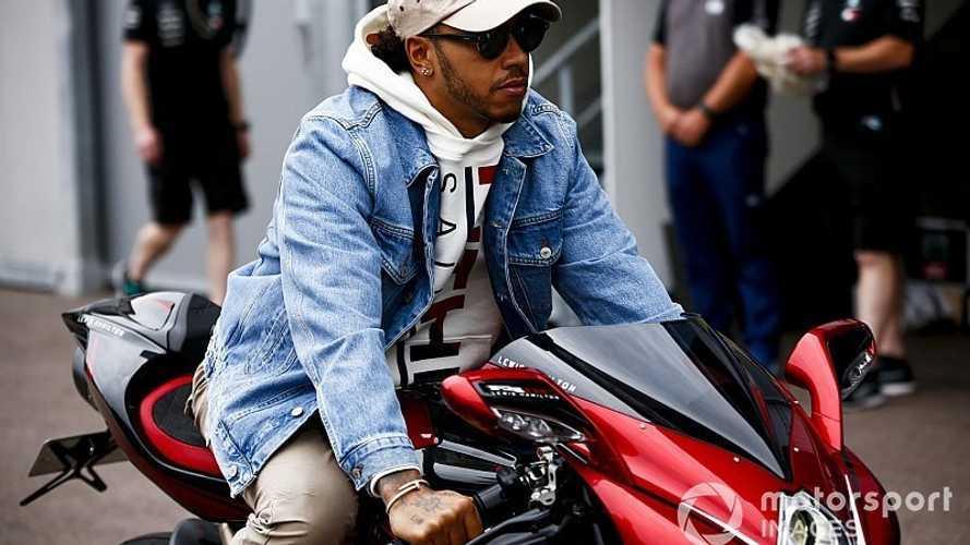 F1: Hamilton chega em Mônaco com moto que custa quase R$ 300 mil