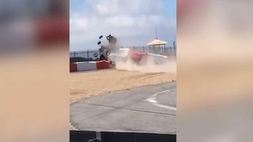 Vídeo: piloto brasileiro bate a 260 km/h na Porsche Cup