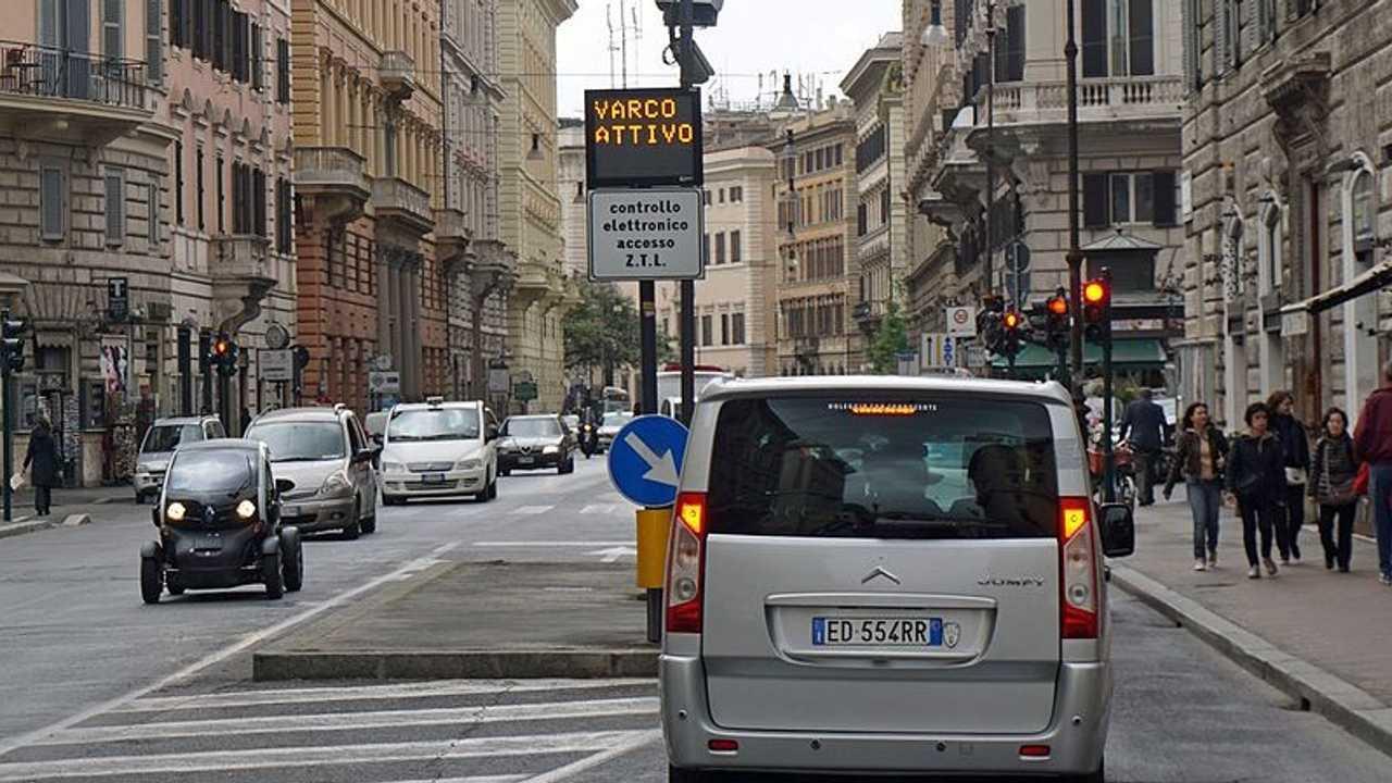 Auto elettriche a Roma, accesso ZTL, strisce blu e altre agevolazioni