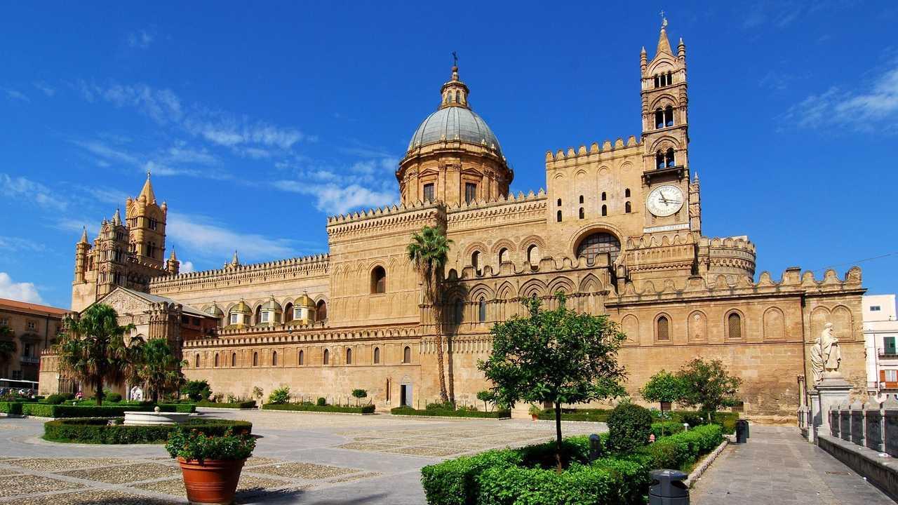Auto elettriche a Palermo, accesso ZTL, strisce blu e altre agevolazioni