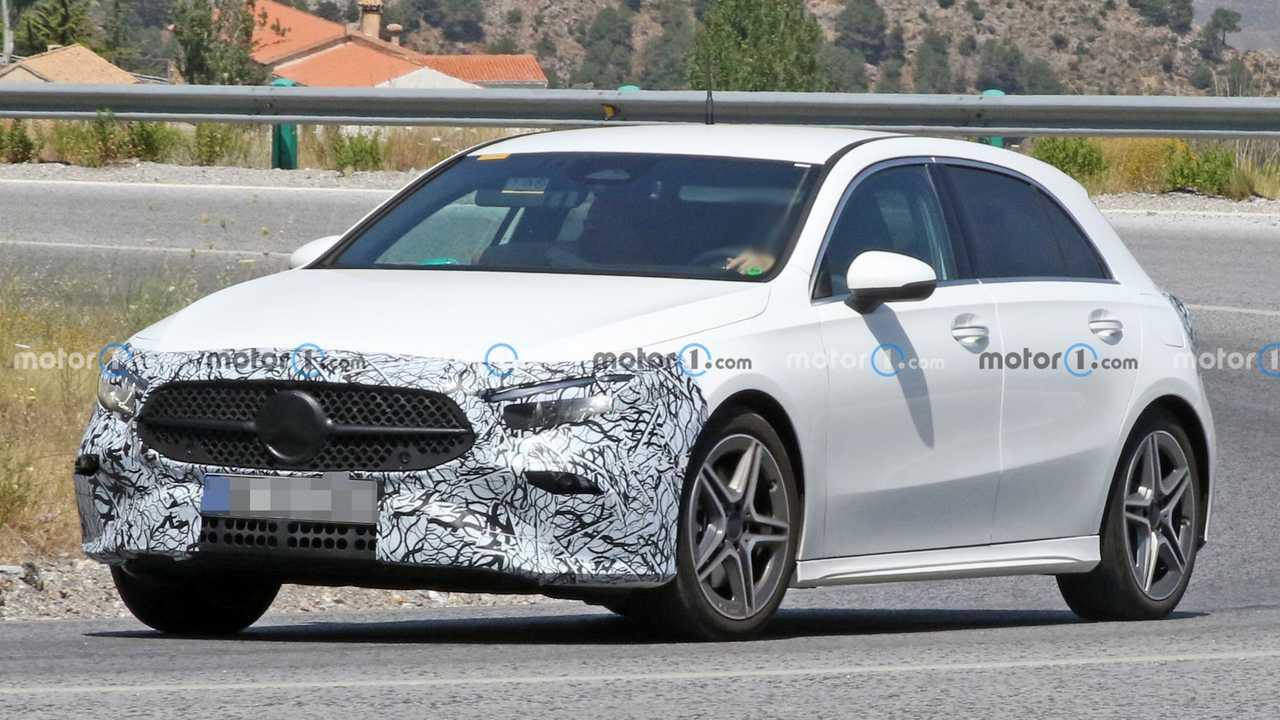 Makyajlı Mercedes A-Serisi'ne ait beyaz bir prototip.