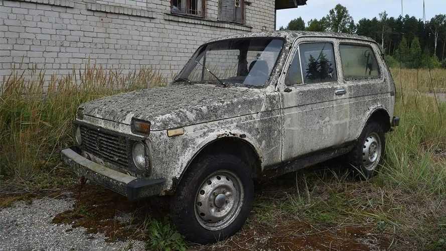 Tíz éve rohad a mezőn, mégis munkára fogható ez a Lada Niva
