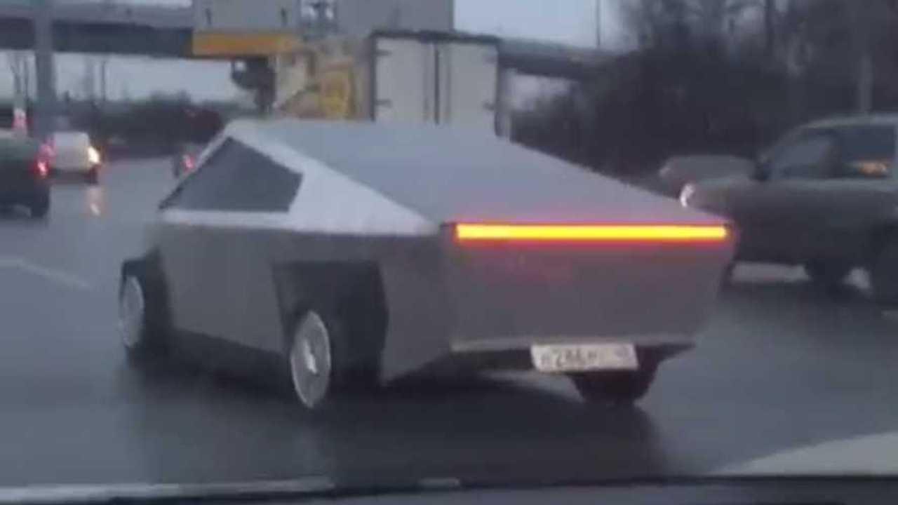 Rusya'daki Tesla Cybertruck Replikası