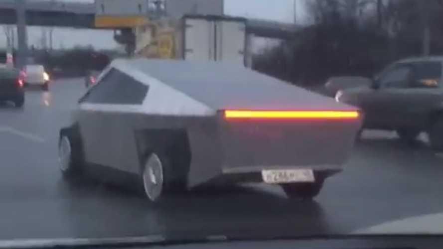 Rusya'da sıradan bir gün: Tesla Cybertruck replikası trafikte