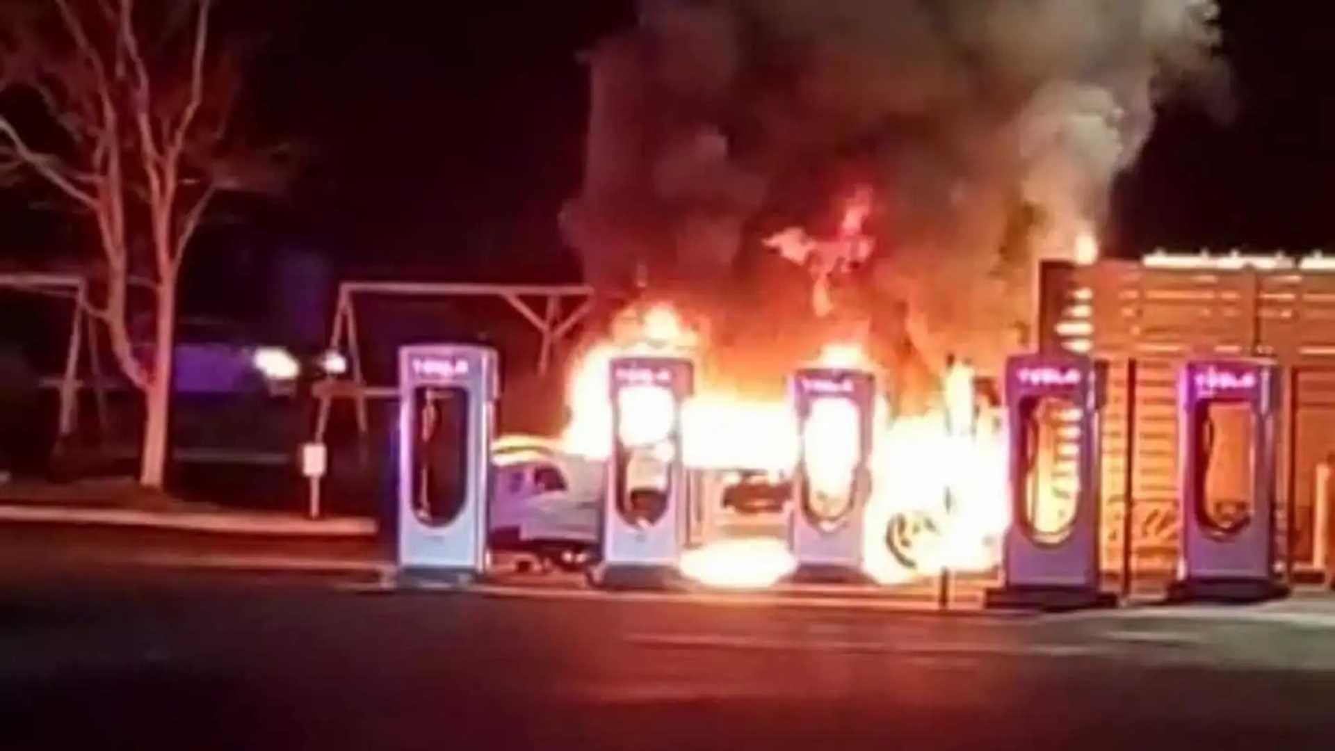 Пожар на станции Tesla Supercharger, вызванный возгоранием Ford Mustang