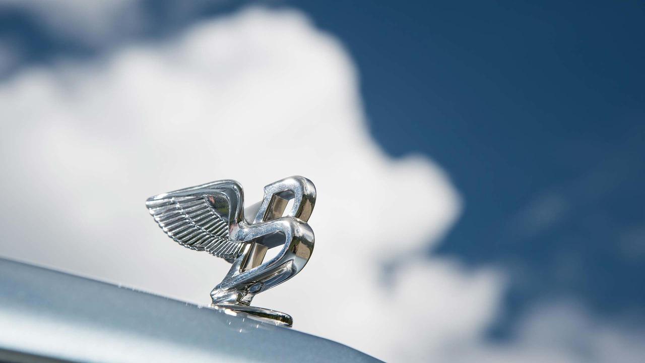 Bentley bonnet logo