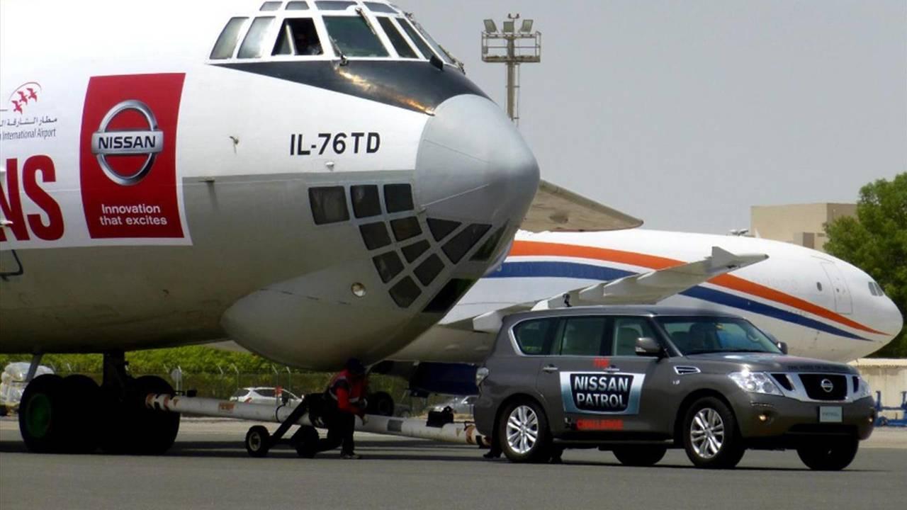 Un Nissan Patrol arrastra un avión ruso de 170,9 toneladas