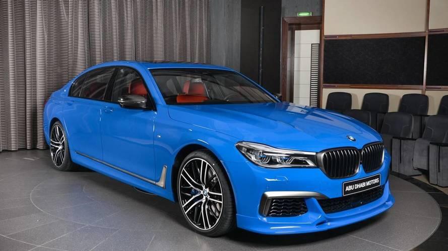 Un BMW M760Li xDrive 2018 Azul Santorini, a la venta en Abu Dhabi Motors