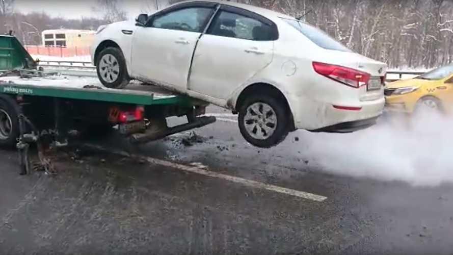 Ez az orosz autós mindent megtett, hogy megakadályozza autója elvontatását