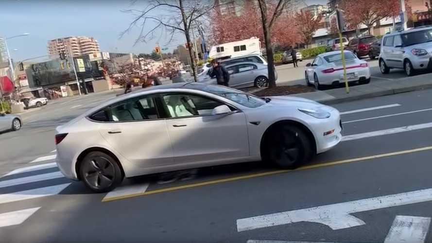 Videó: A szembesávba tévedt egy önvezető módos Tesla Model 3