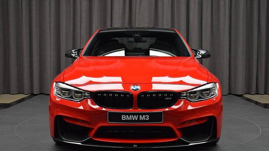 """Em """"vestido"""" vermelho, BMW M3 hipnotiza possíveis compradores"""