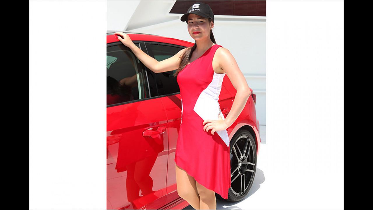 Das Rot ihres Kleidchens harmoniert nicht ganz mit dem Rot des Autos – macht aber gar nix!