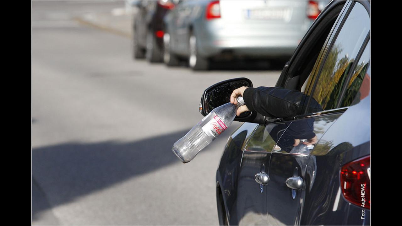 Müll aus dem Auto werfen