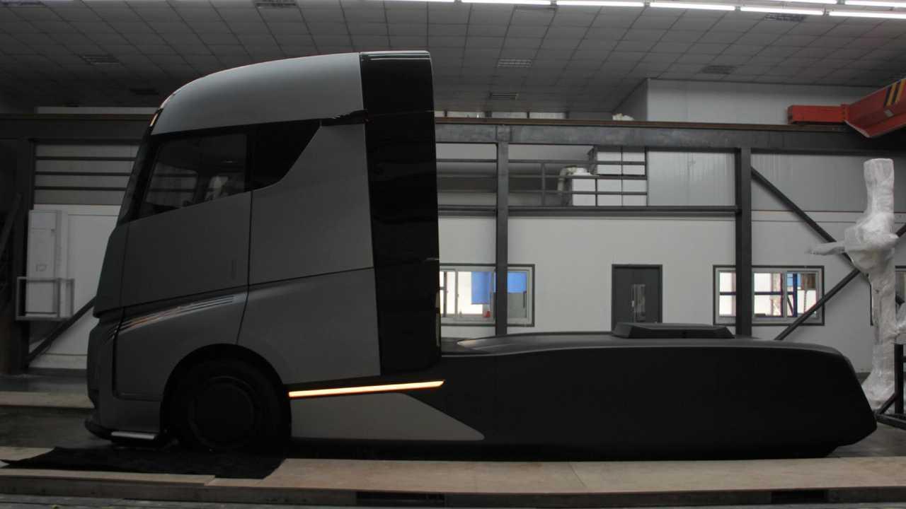 Farizon AD21 desafía al semi camión Tesla con cambio de batería