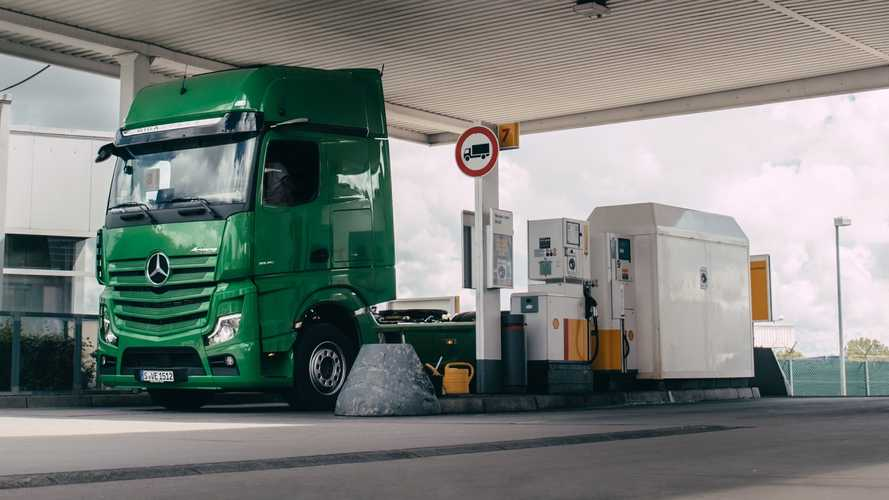 I camion Mercedes-Benz pagano automaticamente alle stazioni Shell