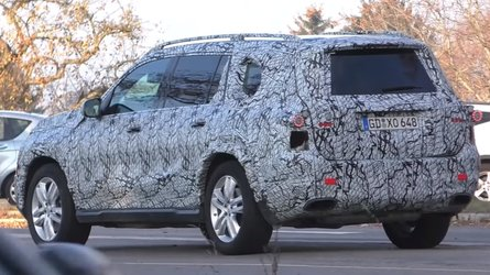 Take A Peek Inside 2020 Mercedes GLS While It Waits At Stop Light