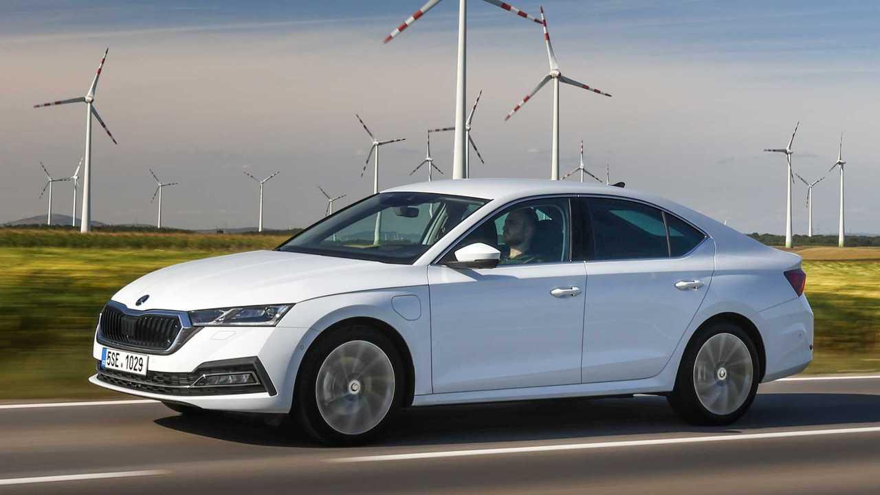 Skoda erweitert das Angebot des Plug-in-Hybridmodells Octavia iV um die Ausstattungslinie Ambition. Die Limousine gibt es nun ab 36.009 Euro vor Förderung.