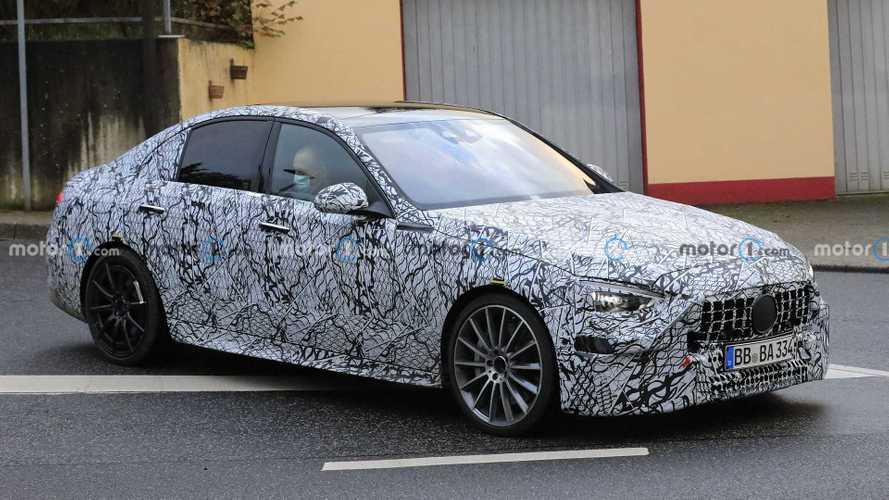 2021 Mercedes-AMG C53 prototipleri kamuflajı azalttı