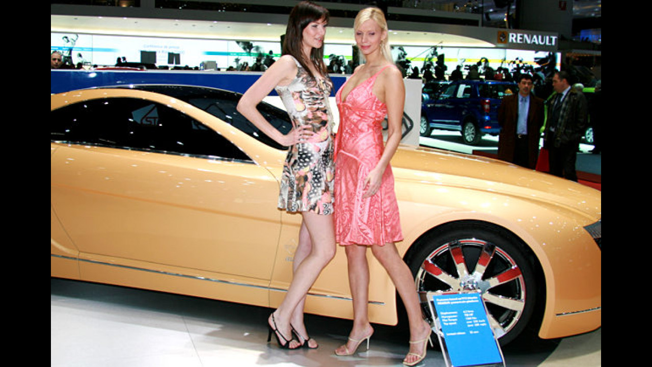 Dumm gelaufen: Weil sich die Mädels vors Logo gestellt haben, können wir nur raten, welches Auto sie uns präsentieren