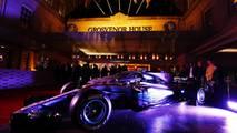 Un Mercedes y un Aston Martin en la entrada
