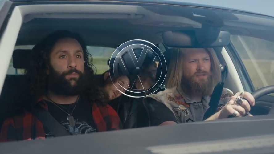 Volkswagen Golf, komik reklamda metalcileri kurtarıyor