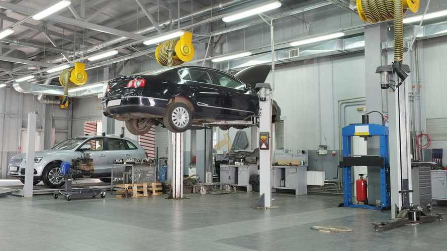 Bayilik servis garajında araba tamir ediliyor