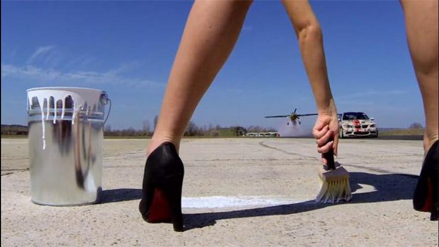 Drifting contro giro della morte, quando auto e aereo si sfidano [VIDEO]