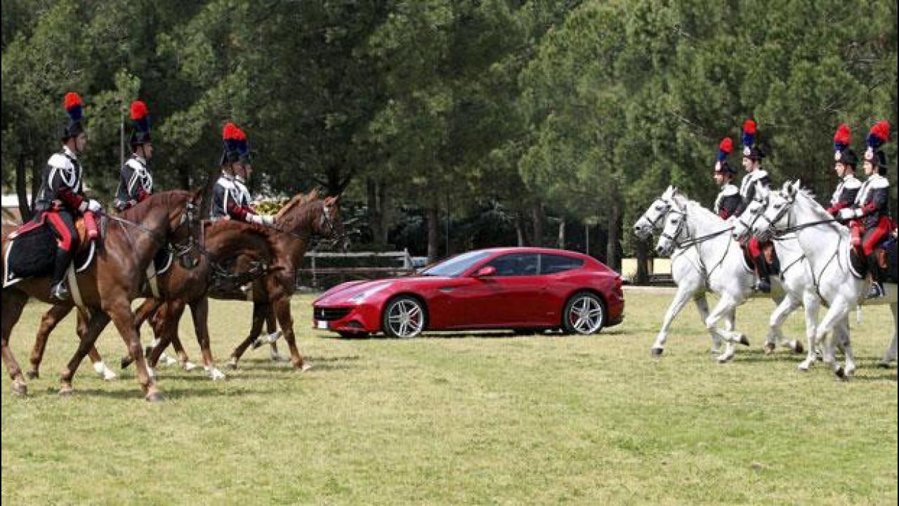 [Copertina] - Ferrari festeggia il Giubileo della Regina Elisabetta II insieme all'Arma dei Carabinieri