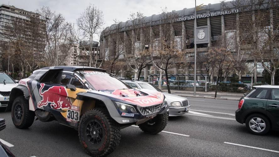 Carlos Sainz, Lucas Cruz y el Peugeot 2008 DKR, en las calles de Madrid