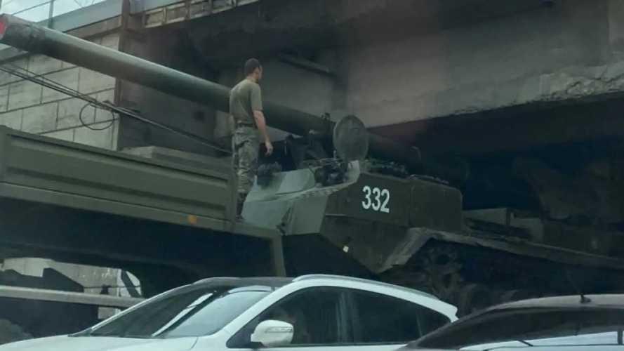 Огромная пушка застряла под мостом в Новосибирске