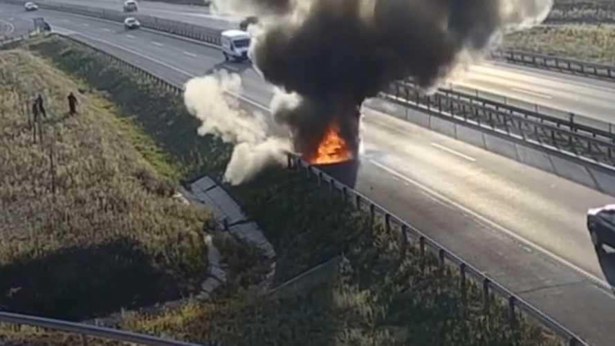Alig néhány perc alatt emésztettek fel a lángok egy terepjárót az M4-esen