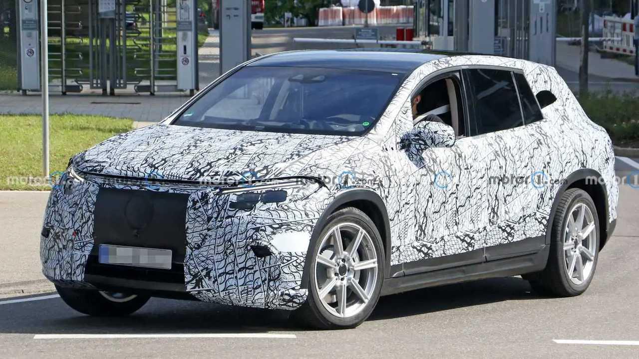Mercedes EQS SUV als Erlkönig mit wenig Tarnung erwischt