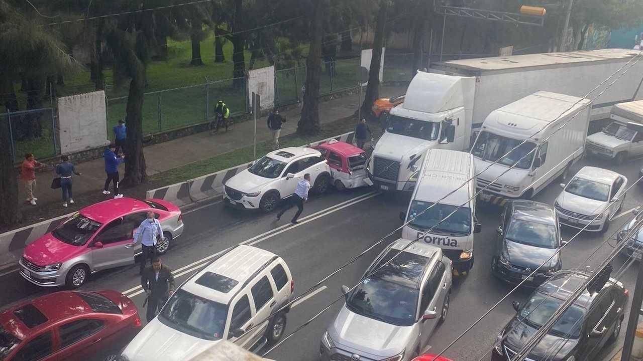 Kecelakaan yang diakibatkan oleh truk semi di Meksiko.