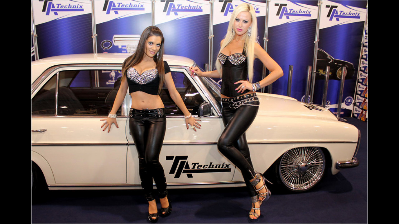 Dieses Auto ist wohl eins der ältesten auf der Essen Motor Show. Die Girls dagegen ...