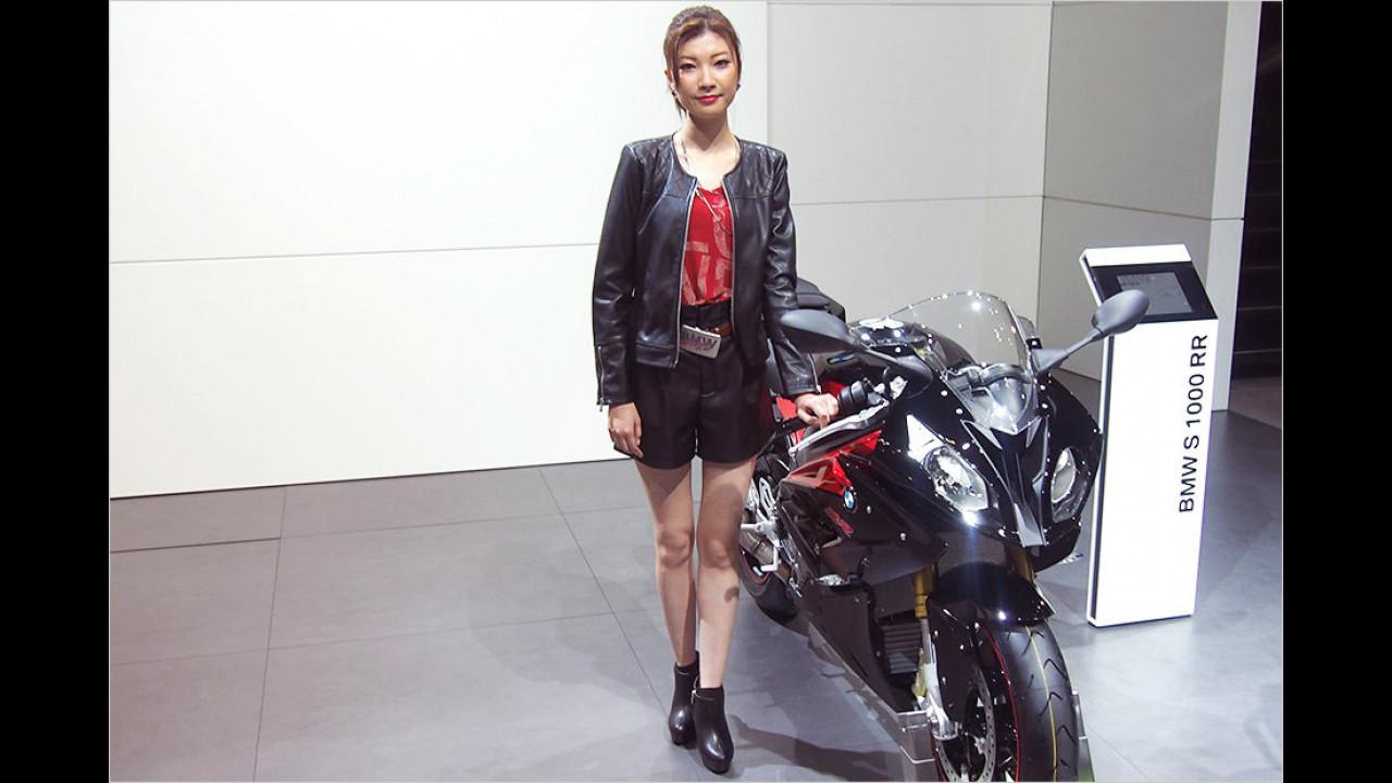 So gehört sich das: Lederklamotten zum Motorradfahren. Aber was fehlt noch? Richtig. Der Sozius ...