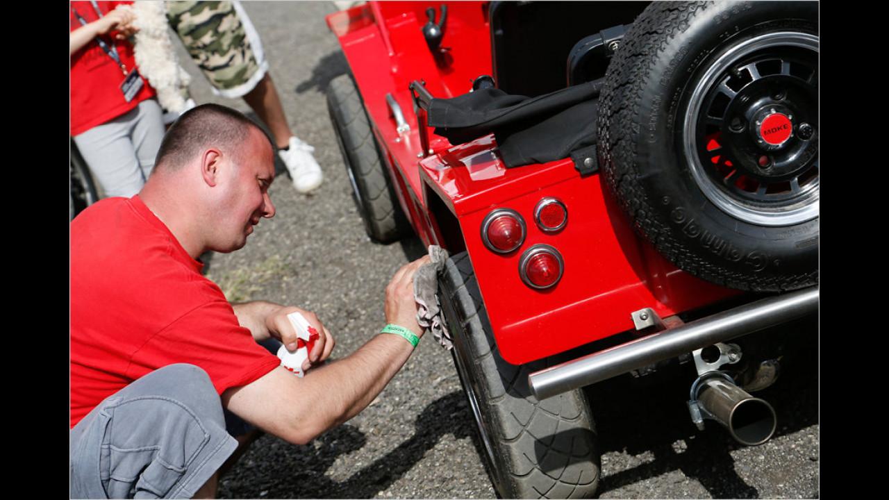 Um beim Show-and-Shine-Wettbewerb einen guten Eindruck zu hinterlassen, werden sogar die Reifen geputzt.