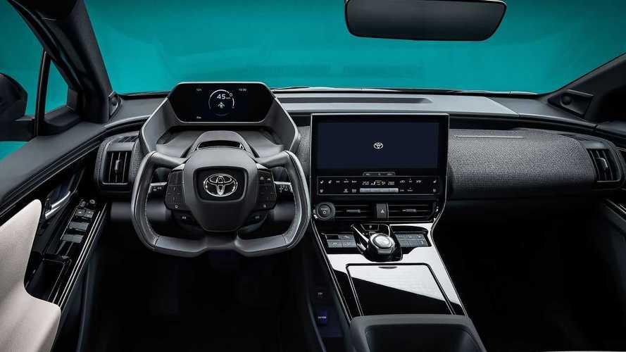 """Toyota bZ4X: il """"mistero"""" dei pannelli solari e del volante cloche"""