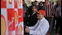 Jacques Villeneuve disputa corrida com consumidores em Posto Shell de SP