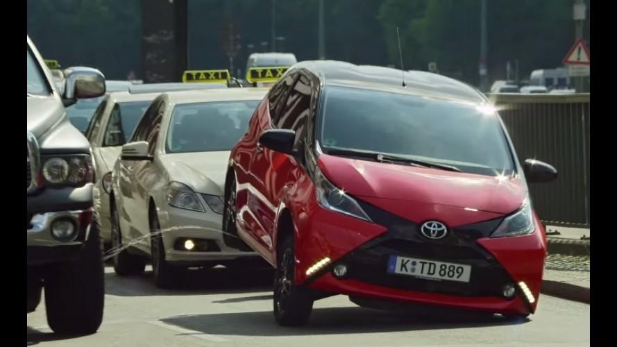 Carro ou cachorro? Toyota Aygo imita cão em comercial inusitado