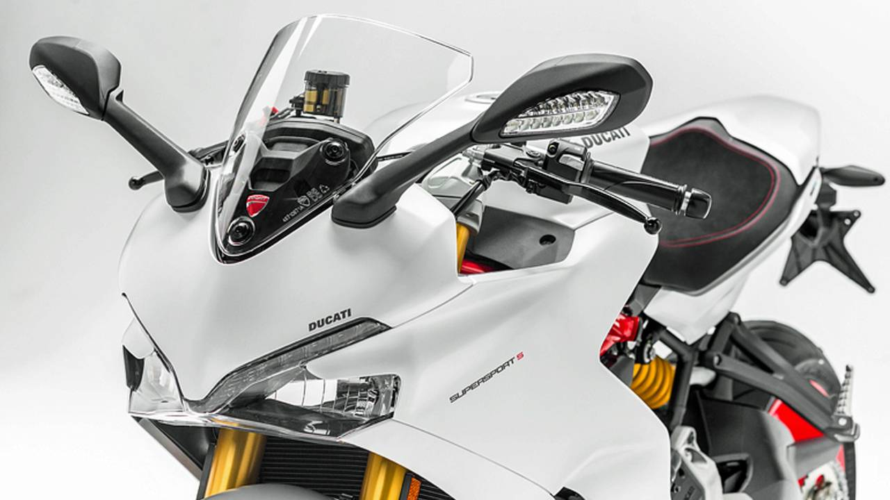 <strong>The SuperSport range includes a SuperSport S version featuring fully adjustable Öhlins suspension, the Ducati Quick Shift up/down system and a rear seat cover: the latter are also available as accessories for the SuperSport.</strong>