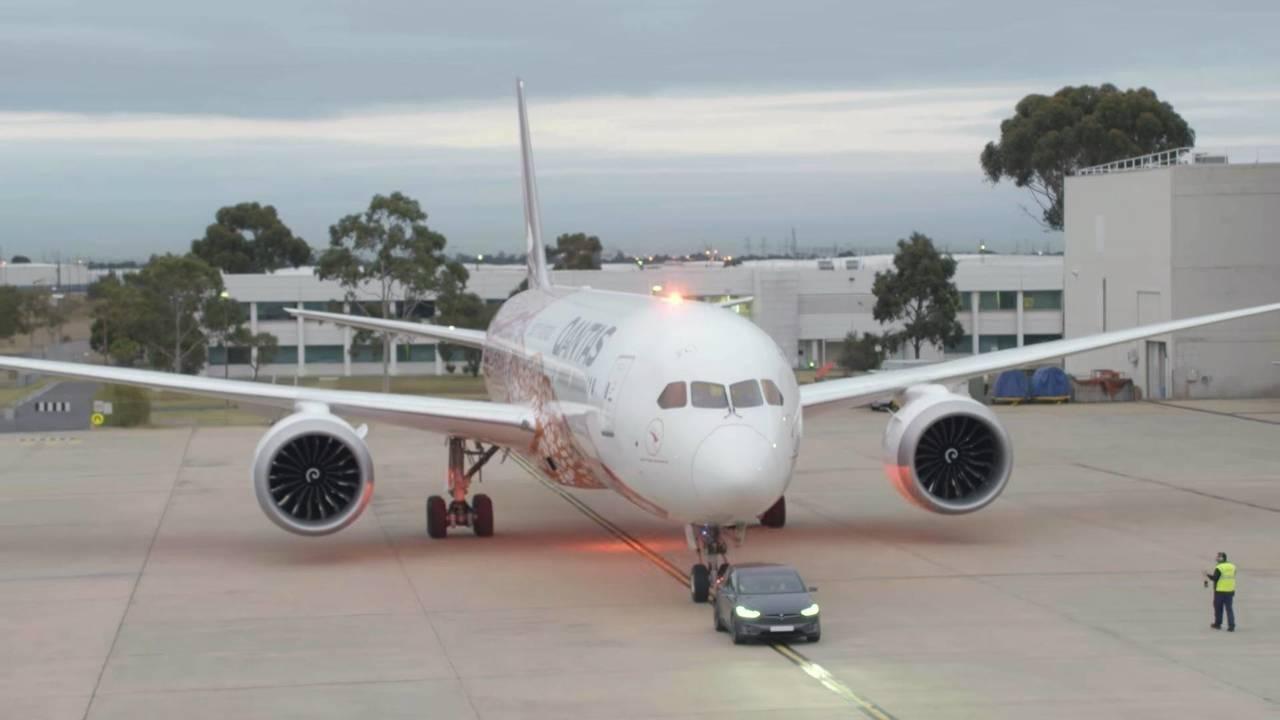 Un Tesla Model X remorque un Boeing 787-9 Dreamliner