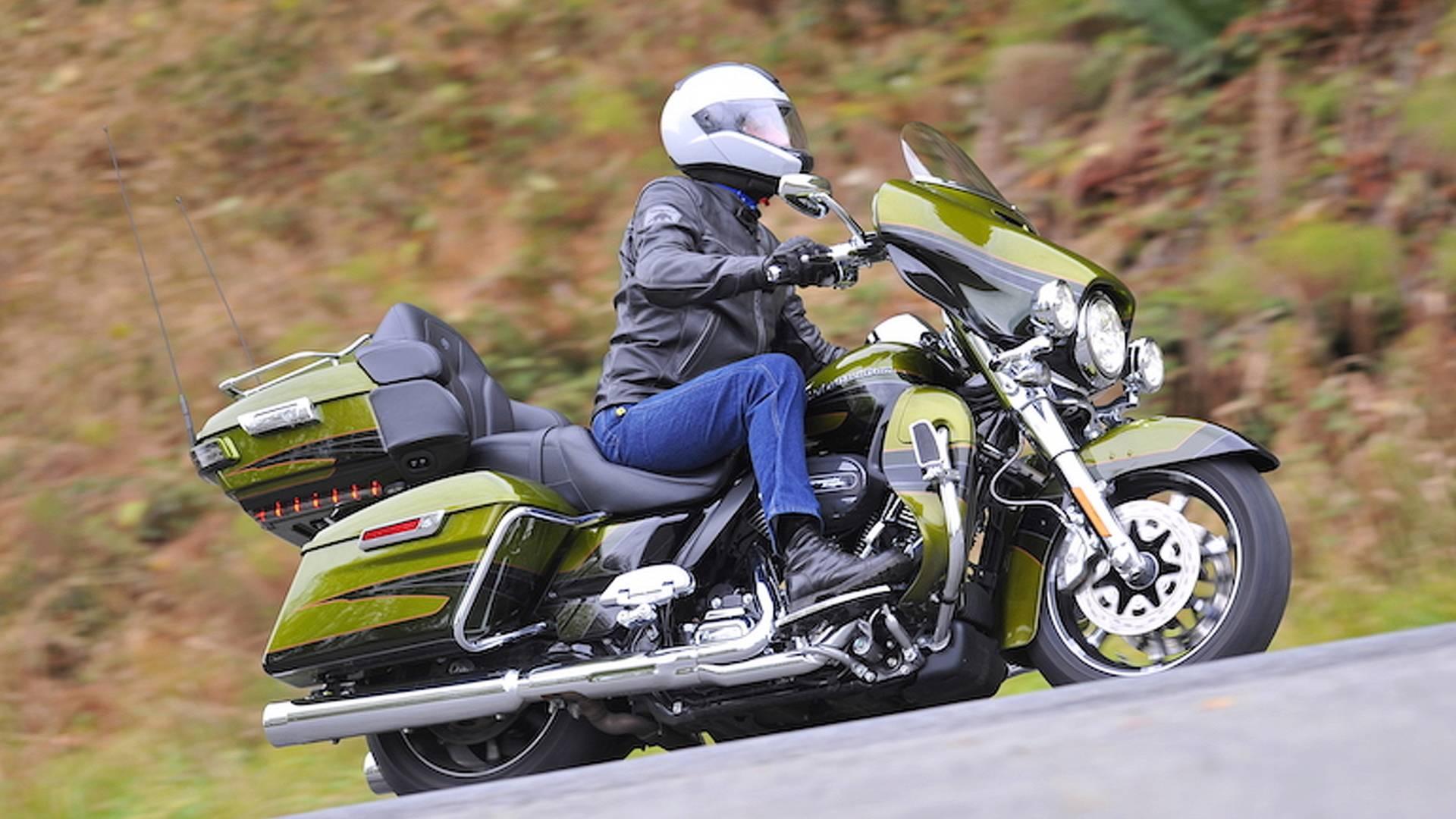 ccac7f0c 2017 Harley-Davidson CVO Limited - First Ride