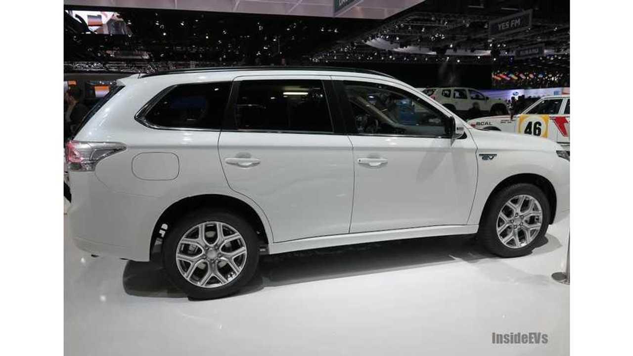 Auto Express Reviews Mitsubishi Outlander PHEV (Video)